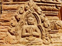 Angkor Wat - tallas hermosas, alivios de bas del templo de Banteay Srei fotos de archivo