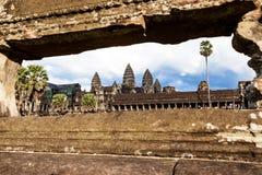 Angkor Wat till och med ramen Royaltyfri Fotografi