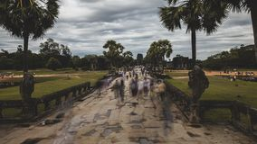 angkorcambodia wat Filmisk Time-schackningsperiod f?r l?ng exponering r?relse av turister arkivfilmer