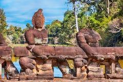 Angkorstandbeelden op de brug, Kambodja Royalty-vrije Stock Foto