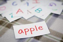 Anglais ; Étude de nouveau Word avec les cartes d'alphabet image libre de droits