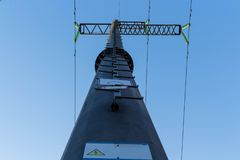 Angle à haute tension de tour de dessous contre le ciel bleu photographie stock libre de droits