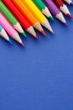 Angle coloré de crayons Beaucoup de différents crayons colorés sur le fond bleu Photographie stock