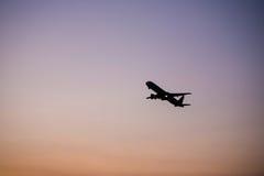 Angle de la taille de l'avion fllying de silhouette Images stock