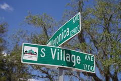 Angle faible d'une plaque de rue avec une vue de plan rapproché à l'intersection de l'avenue du sud de villiage et de Veronica photographie stock libre de droits