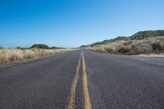 Angle faible de route avec des herbes Photo stock
