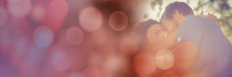 Angle faible des couples millénaires face à face avec la transition rouge de bokeh Photo stock