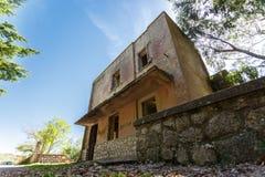 Angle faible du vieux bâtiment abandonné Photographie stock