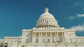 Angle faible : Le bâtiment majestueux de capitol à Washington, C.C Photographie stock libre de droits