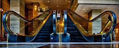 Angle panoramique large point d'écoulement d'escalator de bas Image libre de droits