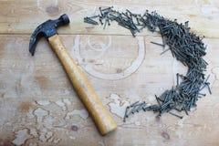 Angled молоток и дуга ногтей стоковое фото