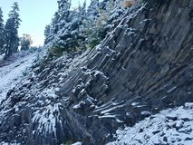 Angled образование базальта предусматриванное в снеге Стоковое Фото