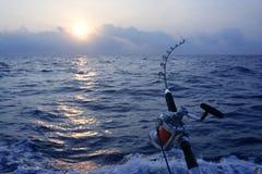 Anglerboots-Spielfischen im Salzwasser lizenzfreie stockbilder