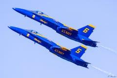 2 angles bleus dans la formation photos libres de droits