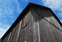 Angles d'une vieille grange superficielle par les agents Image libre de droits