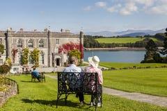 Anglesey, Galles Il Regno Unito 8 settembre 2015 Coppie pensionate che godono della vista alla casa di campagna ed ai giardini di Fotografia Stock