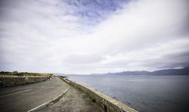 Anglesey-Landschaft, drastischer, bewölkter Himmel über Landschaftsstraße Lizenzfreie Stockbilder