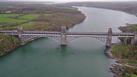 Anglesey, Wales - 26. April 2018: Robert Stephenson Britannia Bridge trägt Straße und Eisenbahn über den Menai-Straßen stock video