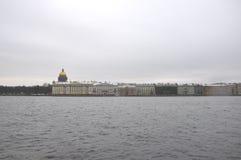 Angliyskaya invallning och Neva flod i vintern St Petersburg, Ryssland Arkivbild