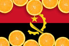 Angola flagga i citrusfruktskivahorisontalram arkivfoto