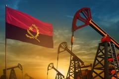 Angola przemysłu paliwowego pojęcie Przemysłowa ilustracja - Angola szyby naftowi, flaga i błękitnemu i żółtemu przeciw zmierzchu ilustracji