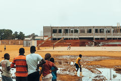 Angolanisches Kinderspielen lizenzfreies stockbild