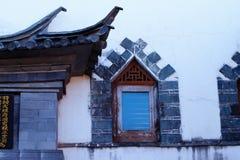 Angoli di vecchia Cina, una finestra in una vecchia casa nel centro storico di Xizhou, il Yunnan, Cina Xizhou, il Yunnan, Cina immagine stock libera da diritti