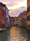 Angoli variopinti di Venezia sul tramonto con le vecchie costruzioni e l'architettura, sulle barche e sulle belle riflessioni del immagini stock libere da diritti