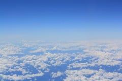 Angolo alto con i motivi del cielo e le nuvole bianche immagine stock libera da diritti