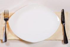 Angolo alto della regolazione di posto con il piatto bianco Immagine Stock Libera da Diritti