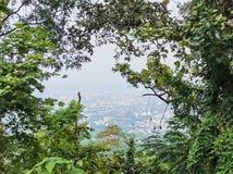 Angolo alto di Chiang Mai, Tailandia nella cornice dall'albero al punto di vista a Doi Suthep Molte costruzioni nella citt? fotografia stock