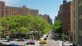 Angolo alto di giorno che stabilisce colpo delle costruzioni di appartamento di Manhattan video d archivio