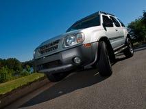 Angolo basso del veicolo utilitario sportivo d'argento Fotografia Stock