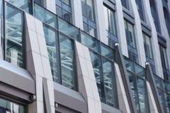 Angolo basso di costruzione di vetro moderna Fotografie Stock