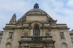 Angolo basso di Hall Facade della città di Cardiff fotografie stock