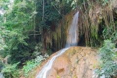 Angolo basso di viaggio di Phu o di Nam Tok Phu Sang Forest Park Sang Waterfall Phayao Attractions Thailand fotografia stock libera da diritti