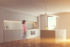 Angolo bianco della cucina, pavimento di legno tonificato Immagini Stock