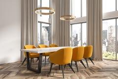 Angolo bianco della sala da pranzo, tende beige Fotografia Stock