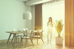 Angolo bianco e di legno della sala da pranzo, donna Immagini Stock Libere da Diritti