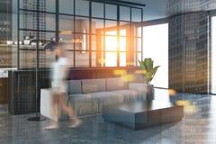 Angolo bianco e nero del salone, sfuocatura grigia del sofà Fotografie Stock Libere da Diritti