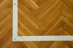 Angolo bianco Il pavimento di legno consumato della palestra con la marcatura allinea Immagini Stock