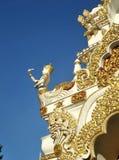 Angolo che custodice il portone del tempio Immagine Stock