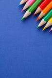 Angolo colorato delle matite Molte matite colorate differenti su fondo blu Fotografia Stock