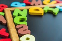 Angolo del bordo nero con l'alfabeto variopinto Immagini Stock