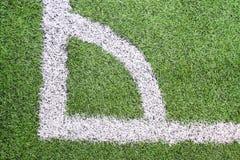 Angolo del campo di gioco del calcio (calcio) con i contrassegni bianchi Immagini Stock Libere da Diritti