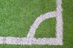 Angolo del campo di gioco del calcio (calcio) con i contrassegni bianchi Fotografie Stock Libere da Diritti