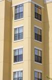 Angolo della costruzione gialla del condominio dello stucco Immagine Stock Libera da Diritti