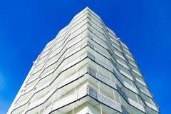 Angolo della costruzione sul fondo del cielo blu Fotografia Stock Libera da Diritti