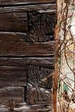 Angolo della facciata della casa di legno antica con la sovrapposizione della costruzione del fascio di legno Immagine Stock Libera da Diritti