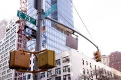 Angolo della prima via di E e del viale settantatreesima in NYC Immagine Stock Libera da Diritti